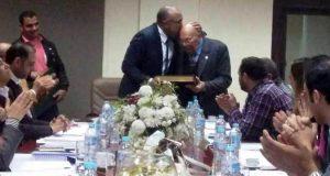 رئيس نادى الزهور يكرم الفريق زاهر رئيس النادى الاسبق