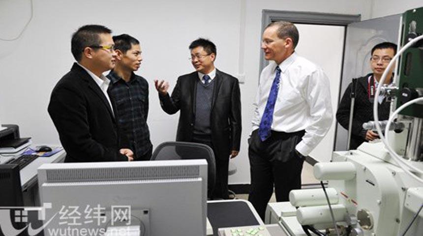 شارليز ليبر في مختبر ابحاث في الصين