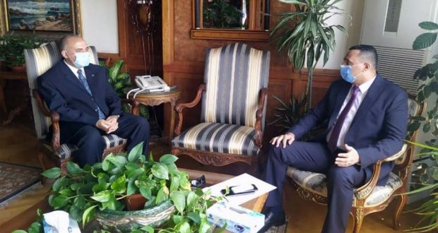 الدكتور أيمن مختار محافظ الدقهلية مع وزير الرى بمكتبه في الوزارة بالقاهرة