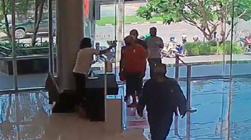 الطيار المصري يرتدي قميصًا برتقاليًا وقناع وجه يدخل ساحة تسوق ليمثونج في رايونج في 10 يوليو الساعة 11 صباحًا