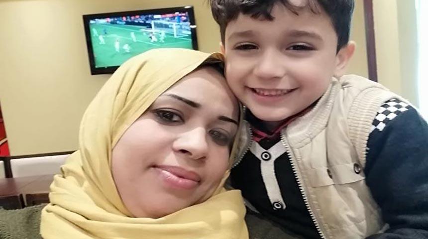 الممرضة هدى صلاح مع أحد أبناءها