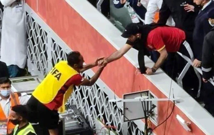 ابو تريكة يصافح كهربا بعد مباراة بايرن ميونخ