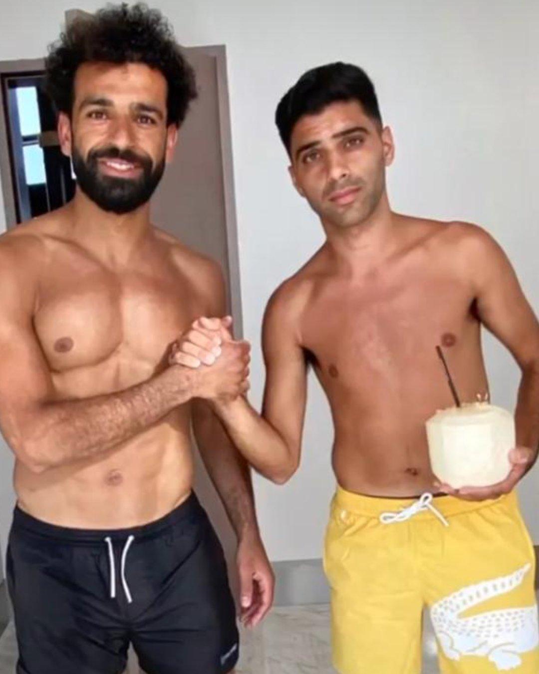 محمد صلاح مع عضو نادي بيتار الإسرائيلي