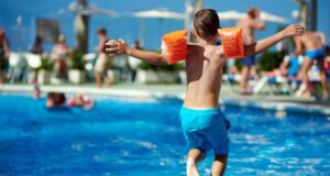 سباحة الاطفال في حمام السباحة